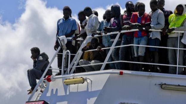 Magliette rosse, migranti, nave militare, samuel beckett, Messina, Sicilia, Archivio