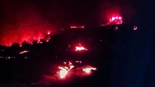 Canadair in azione, giarratana, Incendio boschivo, Sicilia, Archivio
