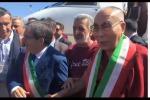 Dalai Lama con la fascia di Accorinti