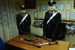Un pugnale e una katana tra le armi, arrestato 29enne