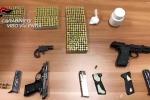 Pistole clandestine e munizioni in casa