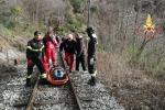 Si lancia dal finestrino del treno, soccorso dai pompieri