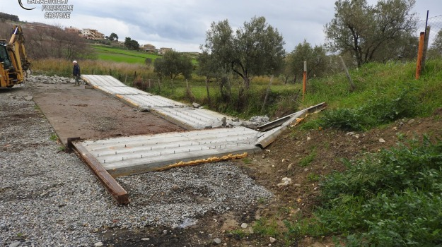 capannone abusivo, crotone, demolizione, strongoli, Catanzaro, Calabria, Archivio