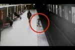 Video: Bimbo si lancia tra i binari della metro, salvato