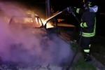 Auto in fiamme a Gioiosa Jonica / Video