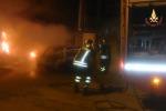 Corpo carbonizzato in un'auto in fiamme