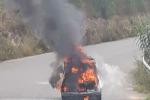 Autovettura va a fuoco durante la marcia