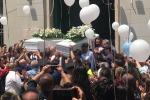 I funerali dei fratellini, la città si ferma