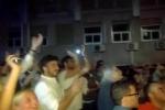 La folla acclama De Luca