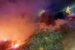 Notte di fuoco accanto ad alcune villette