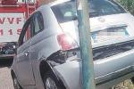 Auto sul muretto in retromarcia