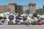 """Sterpaglie e spazzatura nel Barcellonese, il """"viaggio"""" di Legambiente tra i rifiuti"""