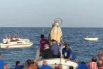 Il sindaco finisce in acqua durante processione in mare