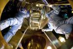 Al lavoro su uno degli specchi del rivelatore di onde gravitazionali Virgo nel laboratorio Ego (European Gravitational Observatory) dell'Infn e del Cnrs francese, che si trova a Cascina (Pisa). (fonte: INFN, Simone Schiavon)