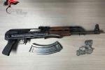 I carabinieri sequestrano un kalashnikov