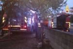 Incendio in un deposito edile