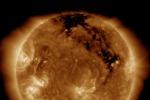 Nella zona settentrionale del Sole è visibile il gigantesco canyon lungo un miligone di chilometri (fonte: SDO)