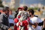 Migranti, gommone soccorso nel mar Egeo: a bordo quasi 40 bambini