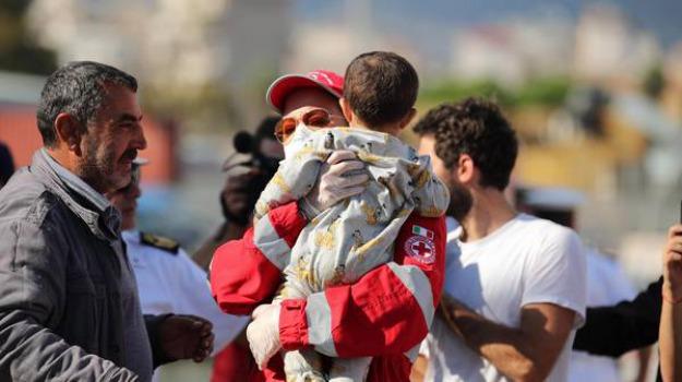 barcone con bambini e donne, migranti, soccorso migranti, Sicilia, Mondo