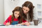Una madre aiuta la figlia a fare i compiti
