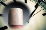 Il ritmo con cui si rimarginano le ferite è scandito dall'orologio biologico (fonte: l'orologio è di Markus Spiske, Flickr; il cerotto è di sarawestermark, Flickr)