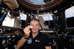 L'astronauta Paolo Nespoli mostra la chiavetta USB che Pif gli ha affidato. Contiene un messaggio per il Marziano, ma ancora nessuna traccia (fonte: Paolo Nespoli, ESA/NASA)