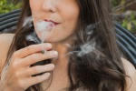 Ragazza che fuma uno spinello