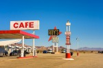 Amboy, California, USA - Roy's motel and cafe con insegne neon vintage vintage lungo la Route 66 in the Mojave desert. foto iStock.
