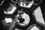 Selfie di AstroPaolo nella grande finestra della Stazione Spaziale (fonte: P. Nespoli/ESA-NASA)
