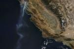 La scia di fumo fotografata dallo spazio (fonte: NASA image courtesy Jeff Schmaltz, MODIS Rapid Response Team)
