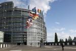 Albanese si dà fuoco davanti alla sede dell'Europarlamento, gravi ustioni al viso
