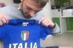 Il padre di Alfie, Tom, con una maglia dell'Italia per il piccolo, in una foto tratta dal suo profilo Facebook
