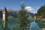 Il suggestivo campanile sommerso del lago di Resia, in provincia di Bolzano