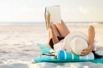 Le vacanze allungano la vita. L'immagine di una donna in relax sulla spiaggia