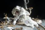 L'astronauta americano Jack Fischer durante la passeggiata spaziale del maggio 2017, al lavoro fuori dal modulo Destiny della Stasione Spaziale (fonte: NASA)