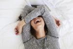 """Meno stress e più energia con lo """"Yoga della risata"""", tutti i benefici della nuova pratica del benessere"""