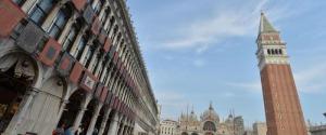 """Turismo """"selvaggio"""", Venezia pensa al divieto di sedersi per terra"""