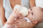 Genitori contro latte artificiale in Gb,'fa star male bimbi'