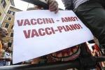 """Decide di non vaccinarsi e di curarsi da solo a casa, muore 56enne """"no vax"""""""