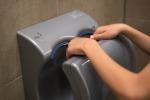 Asciugamani elettrici diffondono batteri, meglio le salviette di carta