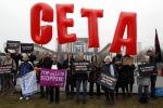 Manifestanti contro l'adozione dell'accordo fra Europa e Canada
