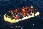 Gommone con 20 migranti avvistato al largo di Tripoli: salvati in tre