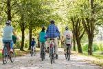 Gli italiani preferiscono andare a piedi e in bici, in calo l'uso delle auto