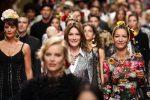 """Da Monica Bellucci a Carla Bruni, le foto della sfilata """"faraonica"""" di Dolce & Gabbana"""