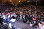 """De Luca in piazza dopo le dimissioni si rivolge al Consiglio: """"Voti il pacchetto Salva Messina"""""""