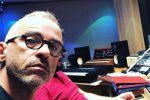 Il cantante nel suo studio di registrazione
