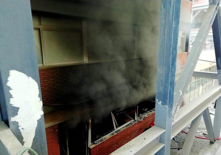 Messina Incendio Alla Facolta Di Scienze Arredi In Fiamme Foto E