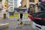 Cosenza, i Vigili del Fuoco domano un incendio in corso Mazzini