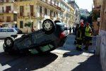 Messina, auto si schianta e cappotta: due feriti lievi