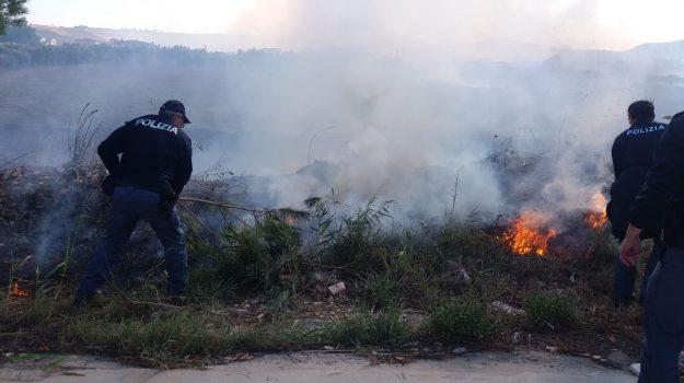 crotone, incendio crotone, incendio quartiere Farina, incendio via nazioni unite, Catanzaro, Calabria, Cronaca